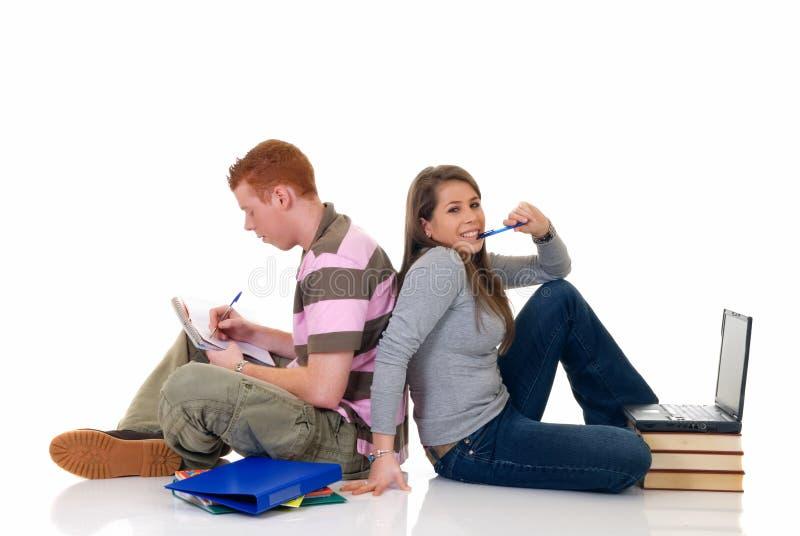 Estudantes adolescentes que trabalham no portátil fotos de stock royalty free