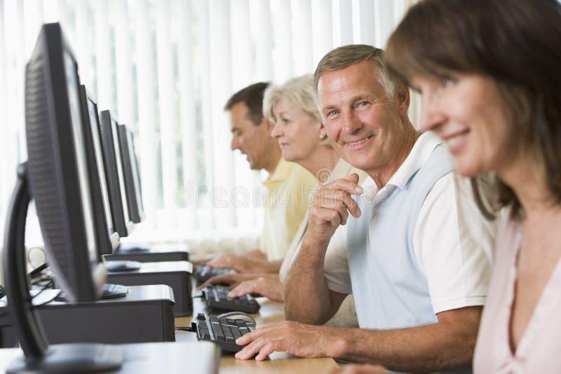 Estudantes adultos em um laboratório do computador fotografia de stock royalty free