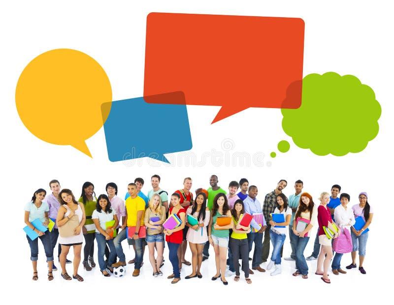 Estudantes alegres multi-étnicos com bolhas do discurso fotos de stock royalty free