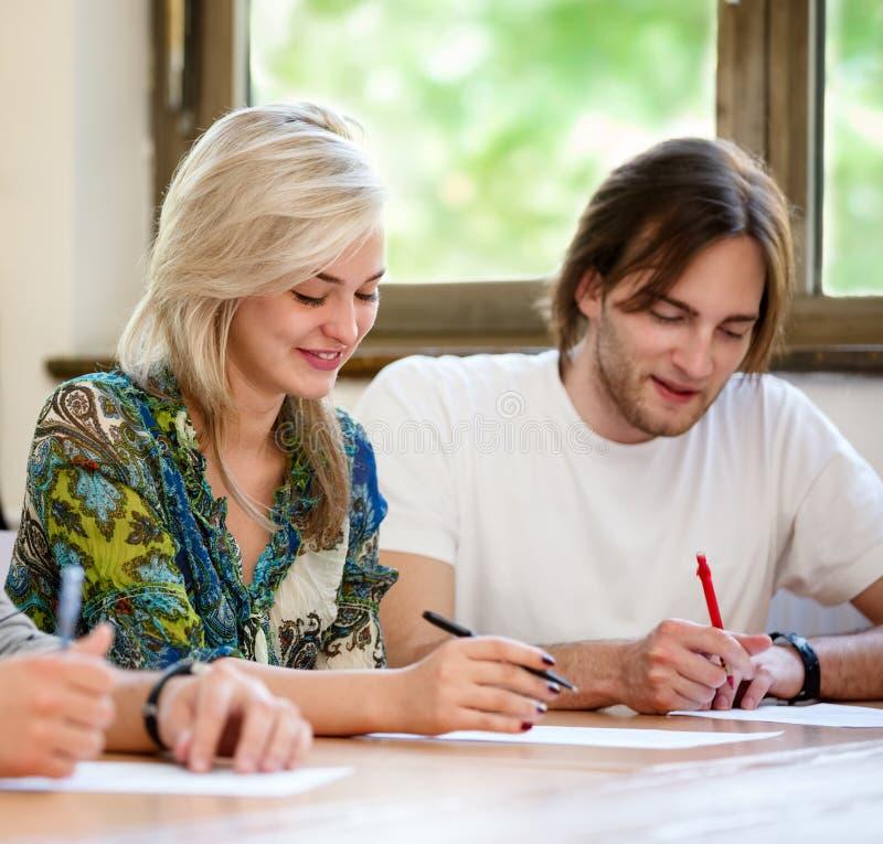 Estudantes alegres na classe foto de stock royalty free