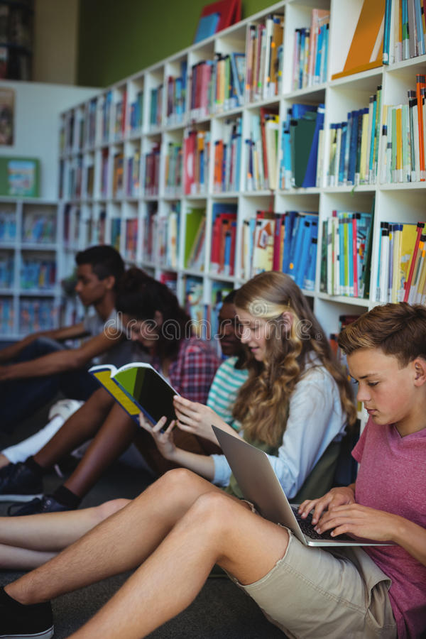 Estudantes atentos que estudam na biblioteca foto de stock royalty free