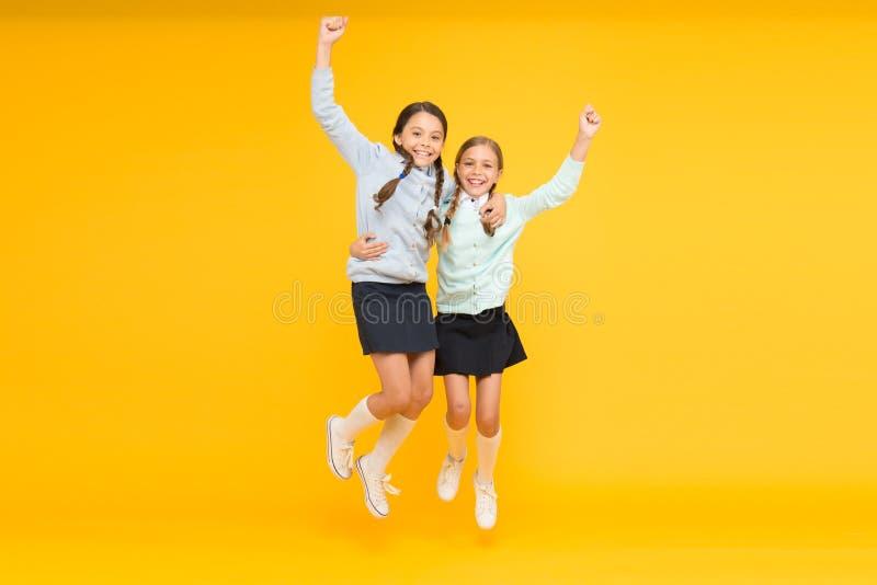 Estudantes bonitos das crianças Alunos excelentes dos melhores amigos das estudantes Farda da escola arrumada da aparência das es foto de stock royalty free