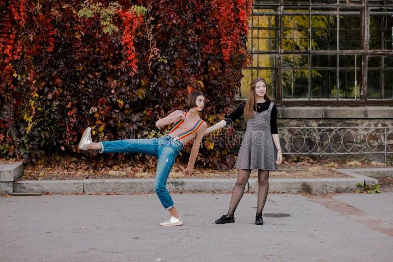 Estudantes bonitos que andam no parque do outono imagens de stock