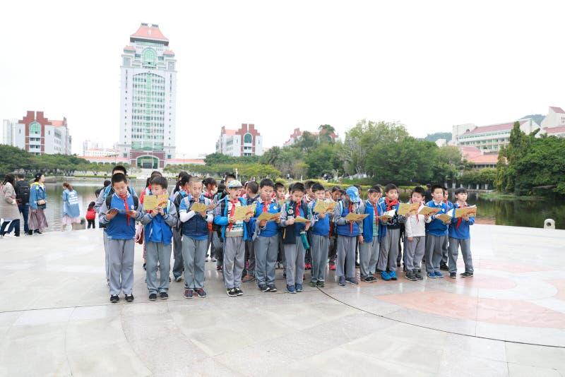 Estudantes chineses asiáticos que leem um livro Nove, foco fotografia de stock
