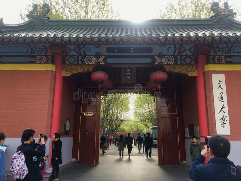 Estudantes chineses na entrada da universidade de Shanghai Jiaotong fotografia de stock