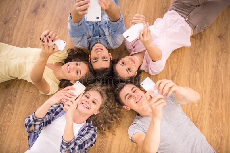 Estudantes com dispositivos imagem de stock royalty free