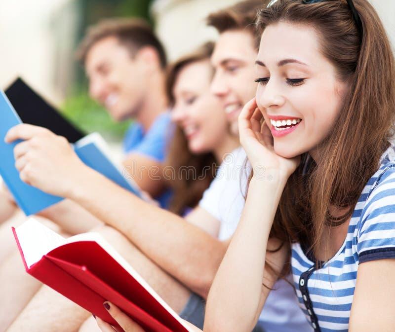 Estudantes com livros fotos de stock