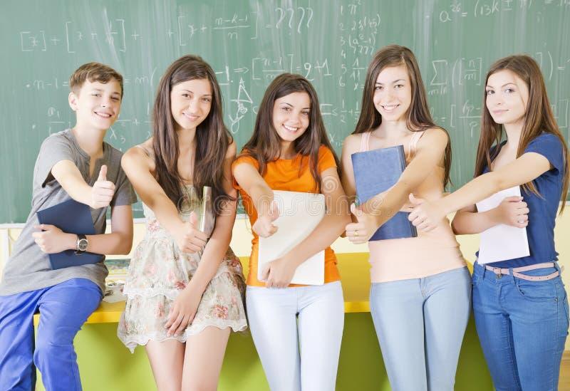 Estudantes com polegares acima