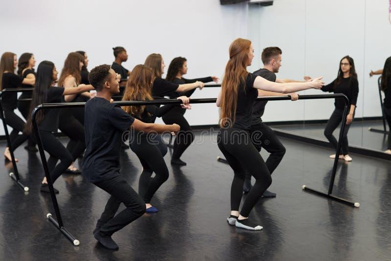 Estudantes Com Professores Na Escola De Artes Em Execução Realizando Balé No Dance Studio Usando Barre imagem de stock royalty free