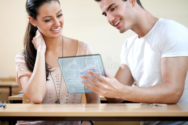 Estudantes com tabuleta futurista fotos de stock royalty free