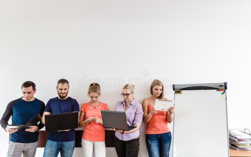 Estudantes da diversidade que aprendem usando a tecnologia imagem de stock royalty free