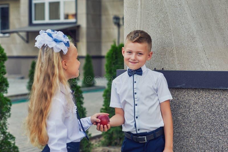 Estudantes da escola primária no rebaixo fotos de stock royalty free
