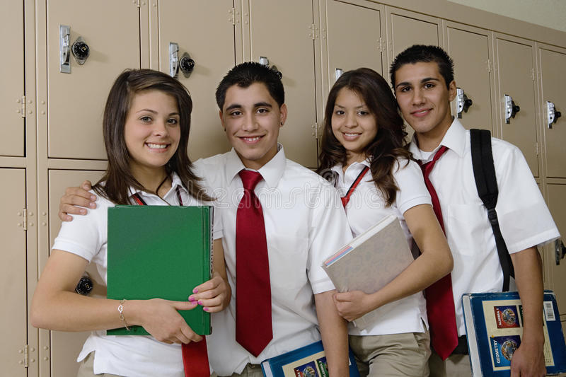 Estudantes da High School ao lado dos cacifos da escola imagens de stock