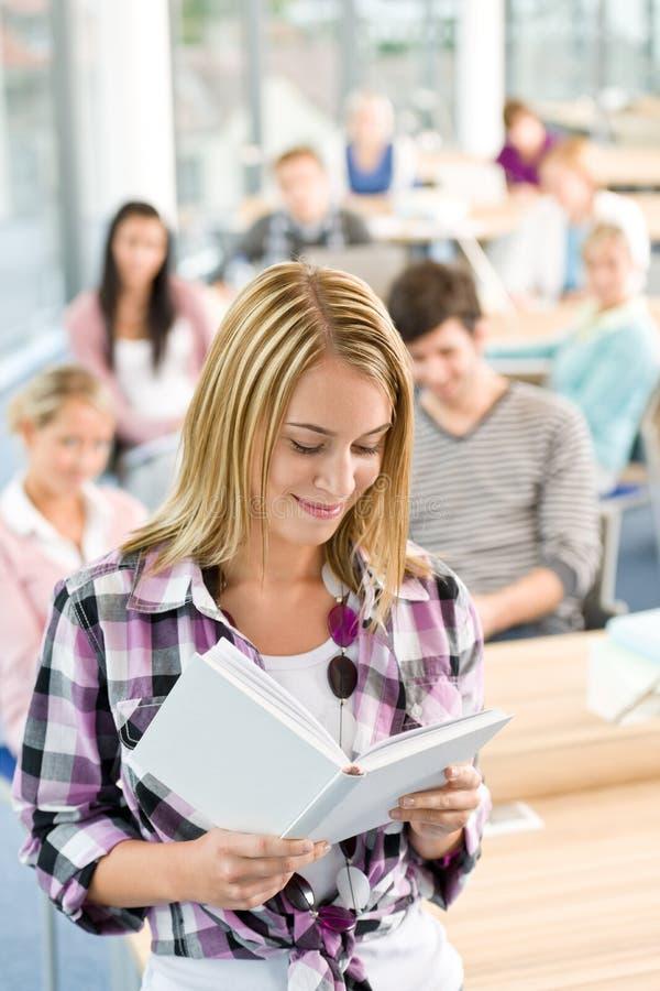 Estudantes da High School - mulher com livro foto de stock royalty free