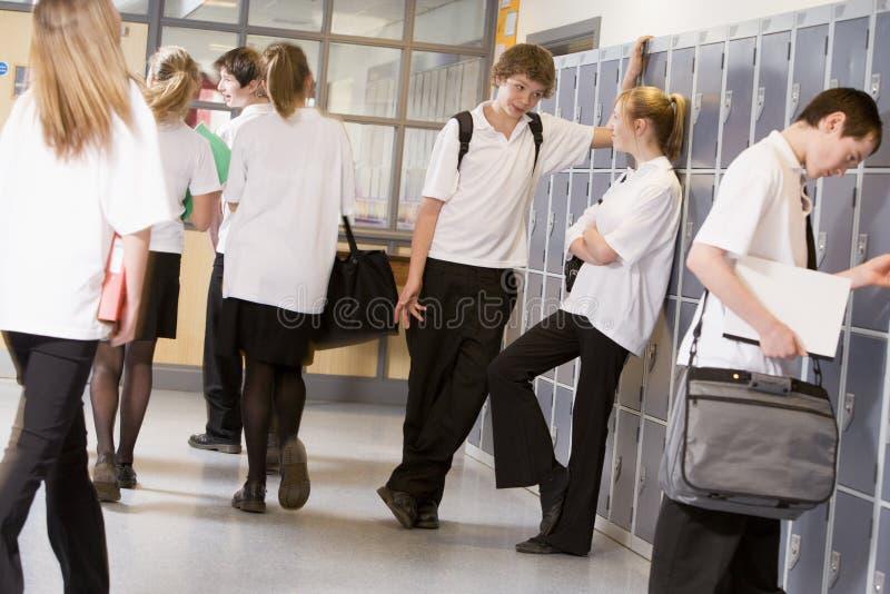 Estudantes da High School por cacifos fotos de stock royalty free
