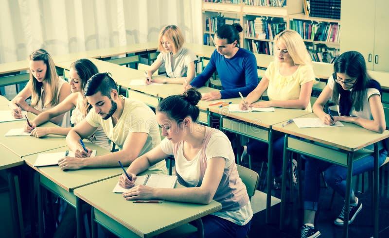 Estudantes da High School que aprendem na sala de aula fotos de stock
