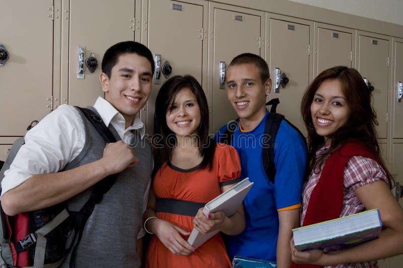 Estudantes da High School que estão ao lado dos cacifos da escola foto de stock royalty free