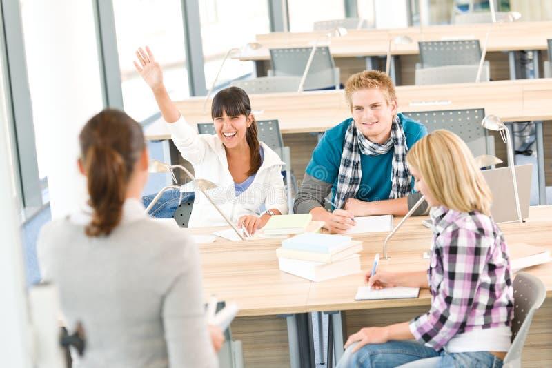 Estudantes da High School que levantam as mãos imagens de stock