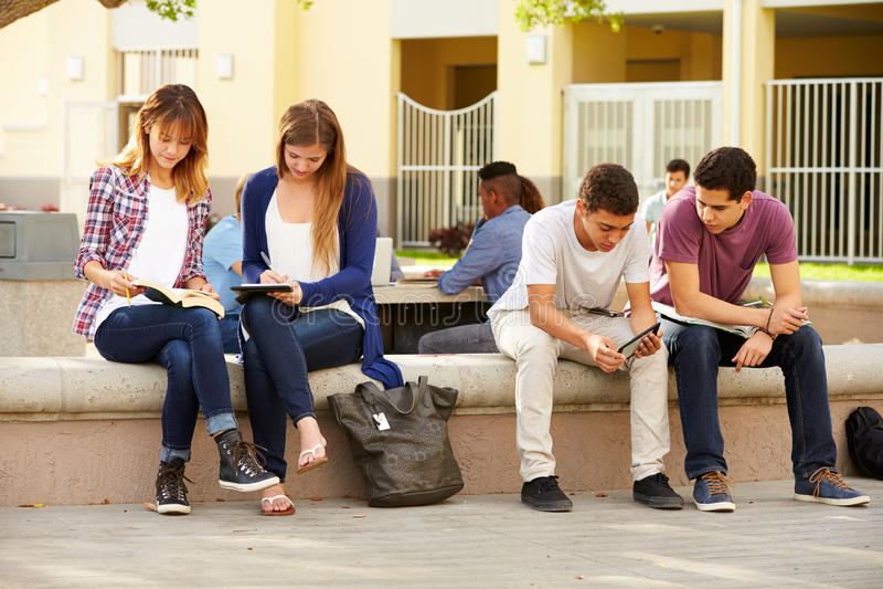 Estudantes da High School que penduram para fora no terreno foto de stock royalty free