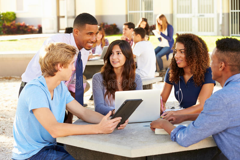 Estudantes da High School que trabalham no terreno com professor