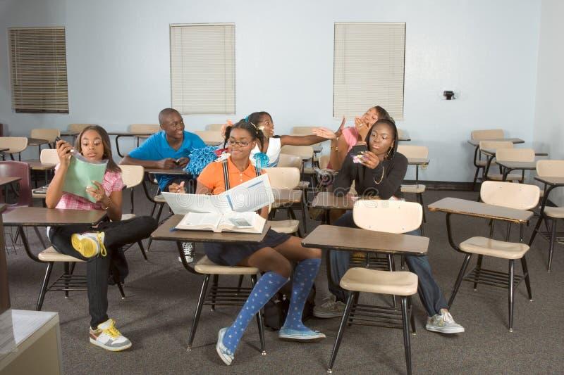 Estudantes de Highschool que sujam na classe durante a ruptura foto de stock royalty free