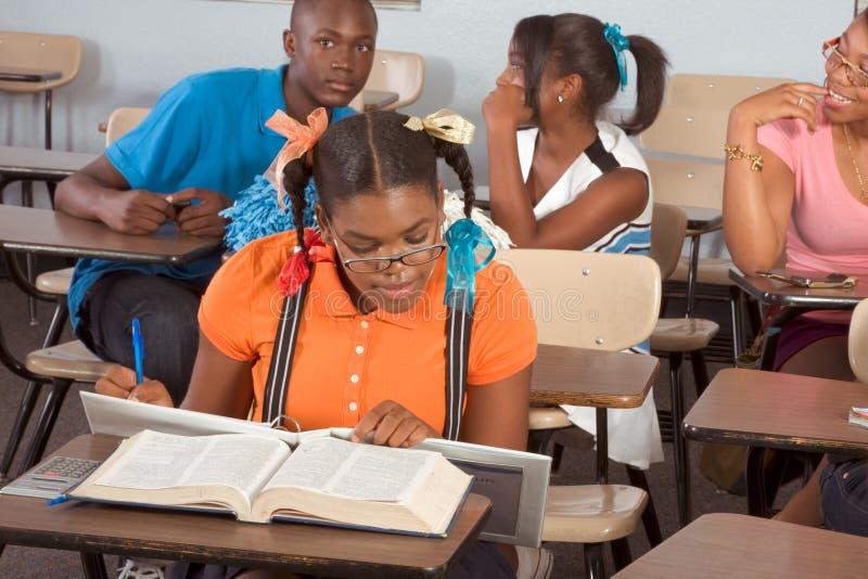 Estudantes de Highschool que sujam na classe durante a ruptura imagem de stock royalty free