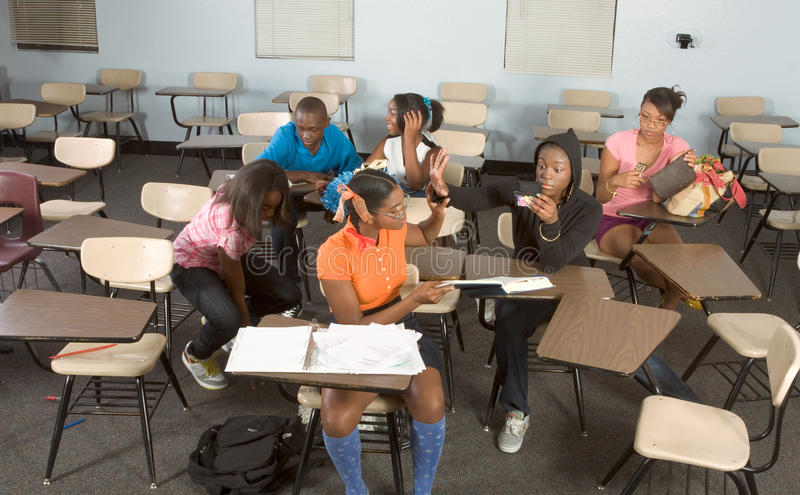 Estudantes de Highschool que sujam na classe durante a ruptura foto de stock