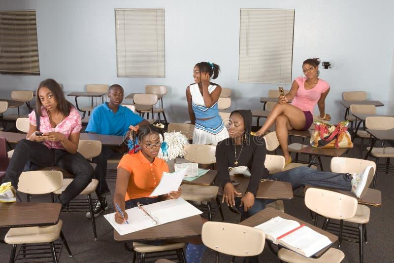 Estudantes de Highschool que sujam na classe durante a ruptura imagens de stock