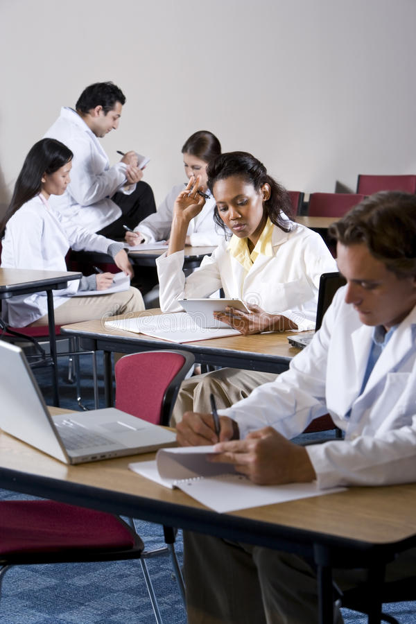 Estudantes de Medicina Multiracial que estudam na sala de aula foto de stock
