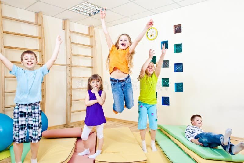 Estudantes de salto da escola fotografia de stock