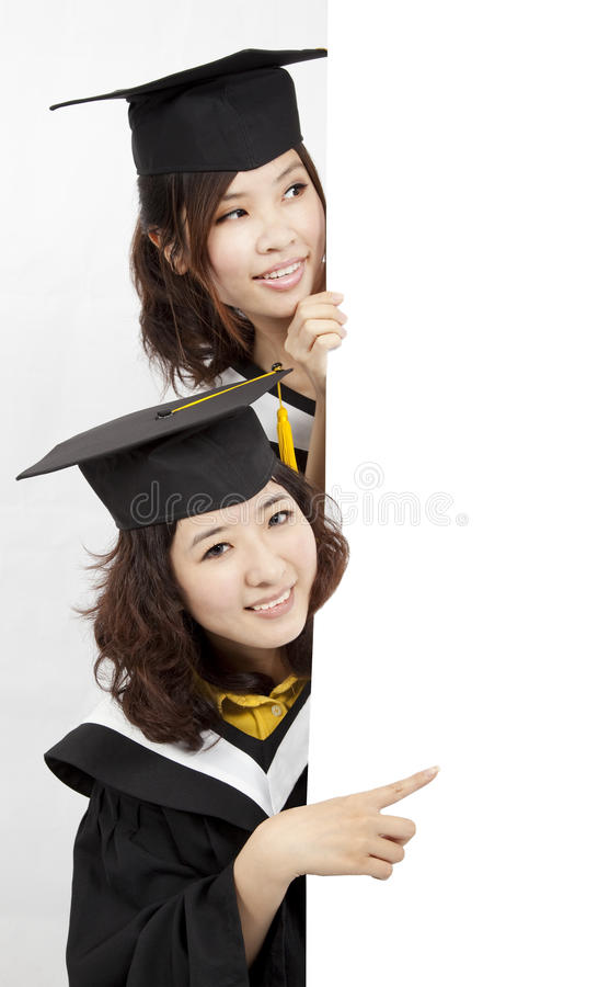 Estudantes de terceiro ciclo que prendem uma bandeira em branco foto de stock