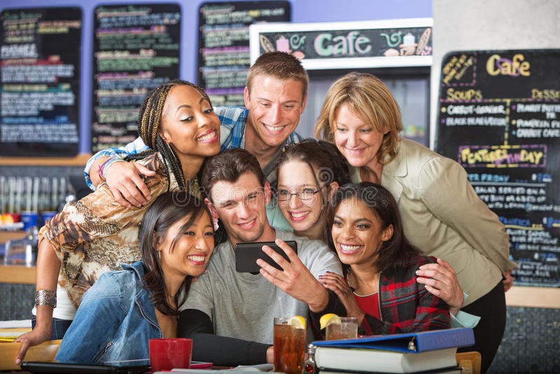 Estudantes diversos de sorriso nos restaurantes imagens de stock royalty free