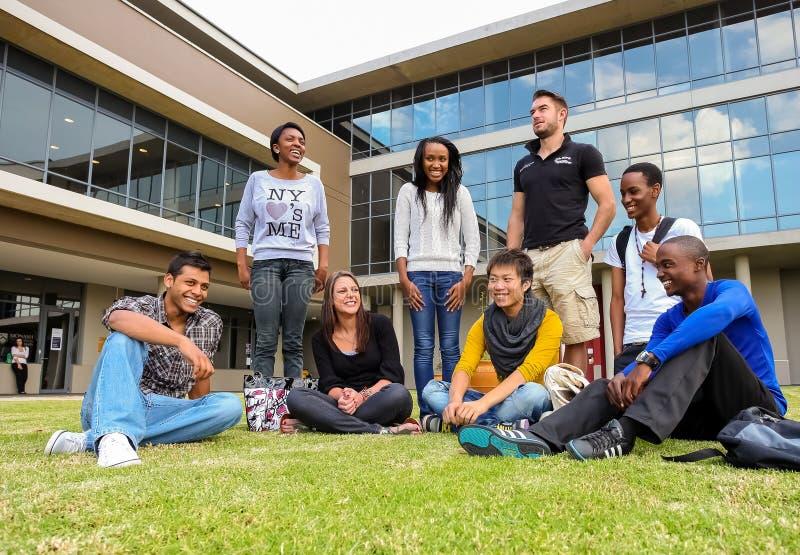 Estudantes diversos no terreno da faculdade foto de stock