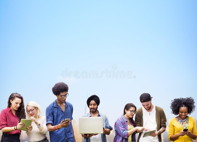 Estudantes diversos que estudam junto o conceito da tecnologia fotos de stock