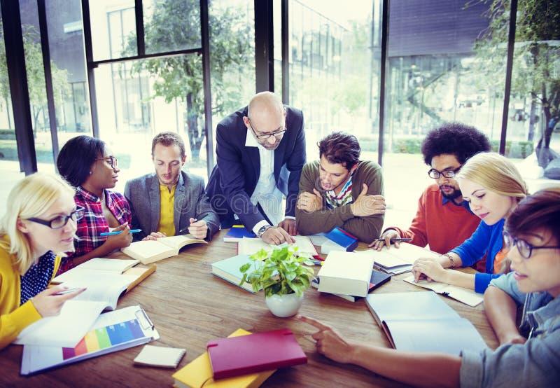 Estudantes diversos que estudam o conceito da discussão da sessão de reflexão fotos de stock royalty free