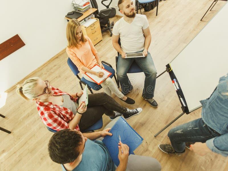 Estudantes do grupo de pessoas que trabalham junto fotografia de stock royalty free
