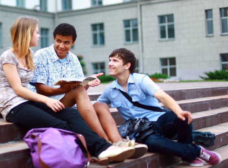 Estudantes do grupo fora fotografia de stock