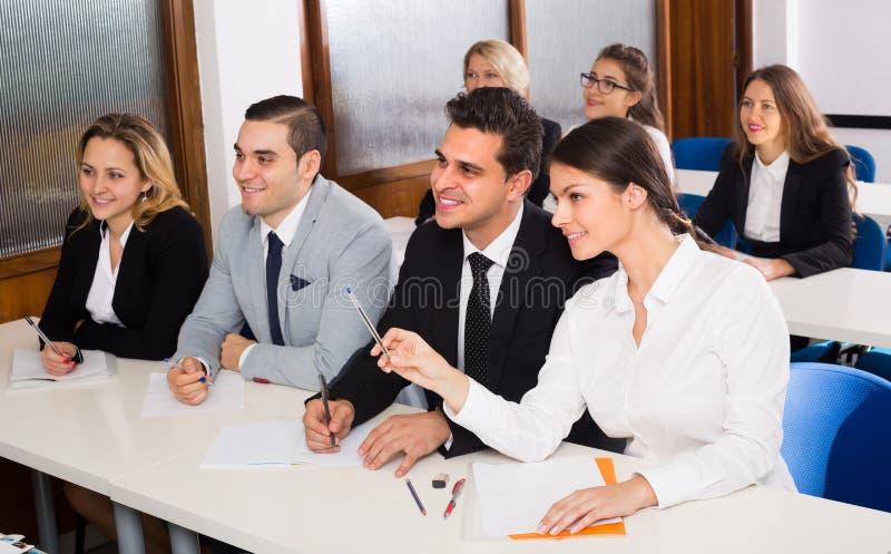Estudantes do negócio na sala de aula fotografia de stock