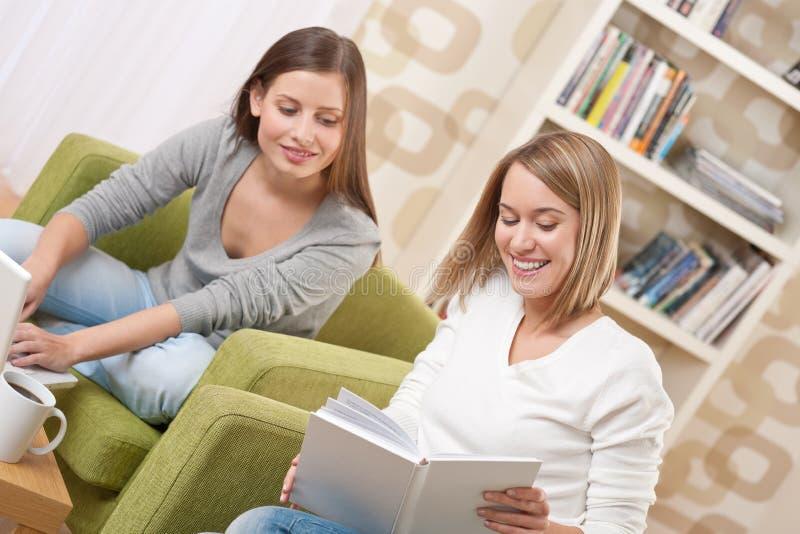 Estudantes - dois adolescentes com portátil e livro fotografia de stock