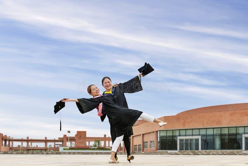 Estudantes doutorais vestindo de uma roupa da graduação imagem de stock royalty free