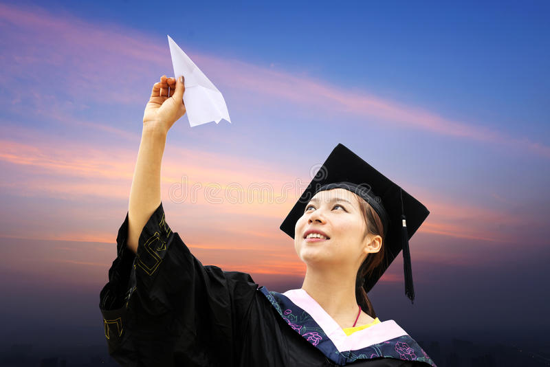 Estudantes doutorais vestindo de uma roupa da graduação imagens de stock royalty free
