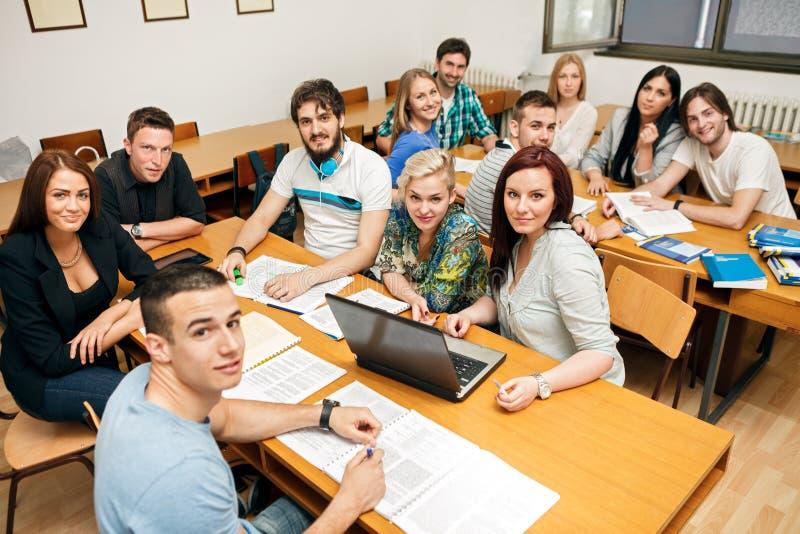 Estudantes em uma sala de aula imagens de stock