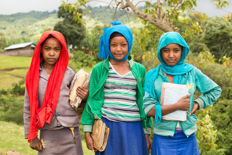 Estudantes etíopes novas que guardam seus cadernos fotografia de stock