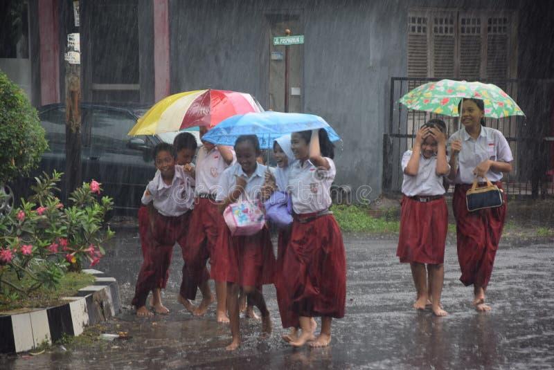 Estudantes expostos à chuva fotos de stock