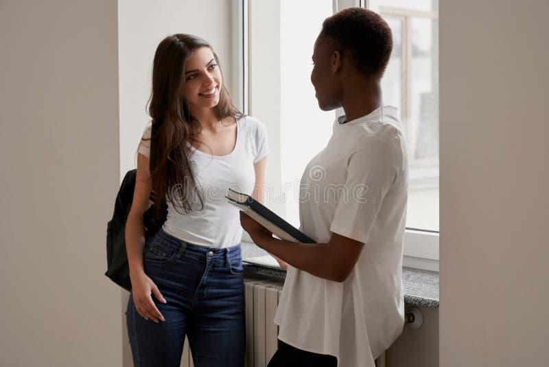 Estudantes f?meas africanos e fala caucasiano imagem de stock