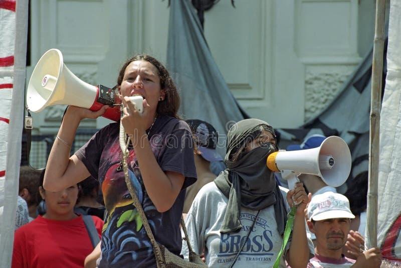 Estudantes fêmeas do protesto contra a política do governo foto de stock