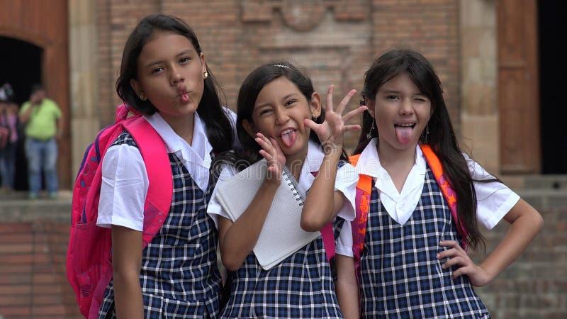 Estudantes fêmeas latino-americanos parvos que vestem fardas da escola fotografia de stock royalty free