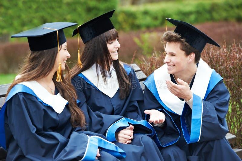 Estudantes felizes da graduação fotos de stock