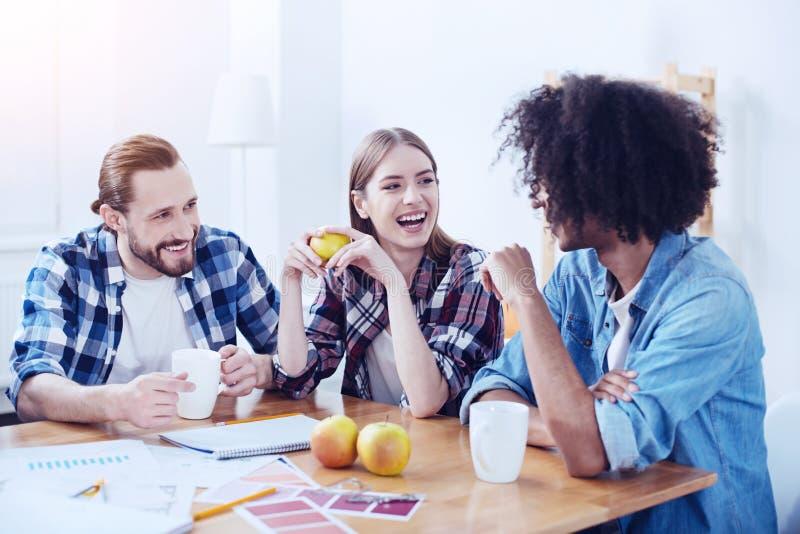 Estudantes felizes que passam o tempo com prazer imagens de stock