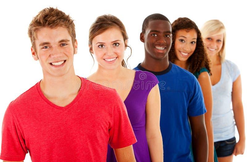 Estudantes: Grupo de adolescentes de sorriso na linha imagens de stock